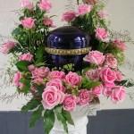 Urne in rosa Rosen